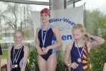 Bild 11 - Siegerehrung 50m Freistil (Jg. 2005) - Sophia Lüttel (Mitte) u. Hannah Schräer (rechts)