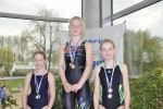 Bild 12 - Siegerehrung 50m Freistil (Jg. 2004) - Mia Heskamp (links)