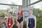 Bild 13 - Siegerehrung 50m Freistil (Jg. 2003) - Annelie Thyes (Mitte) u.  Luisa Beining (rechts)