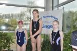 Bild 3 - Siegerehrung 50m Brust (Jg. 2005) - Sophia Lüttel (links)