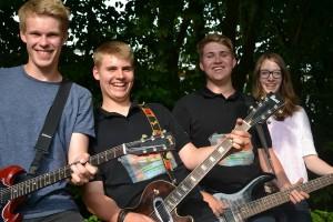 Gitarre und Bass- Niklas, Tobias, Max und Miriam