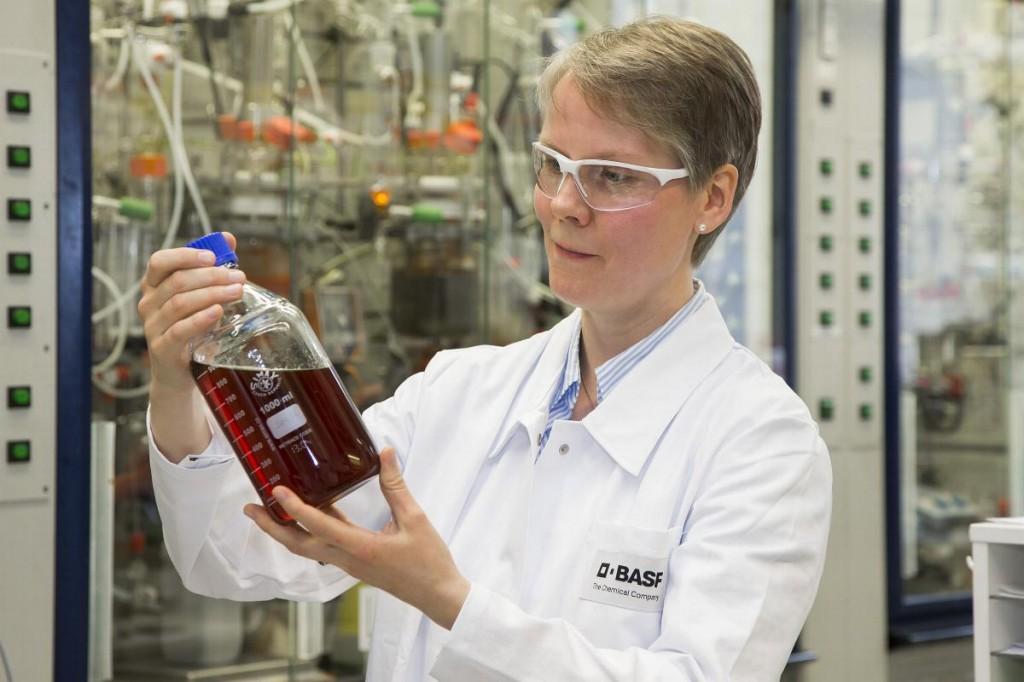 Melanie Bonnekessel im Labor bei BASF